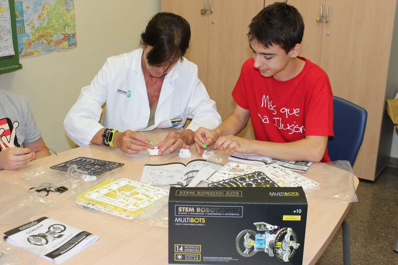 Voluntario de Más que una Ilusión, Luis Blanco, enseña a una profesional del SESCAM cómo impartir el taller