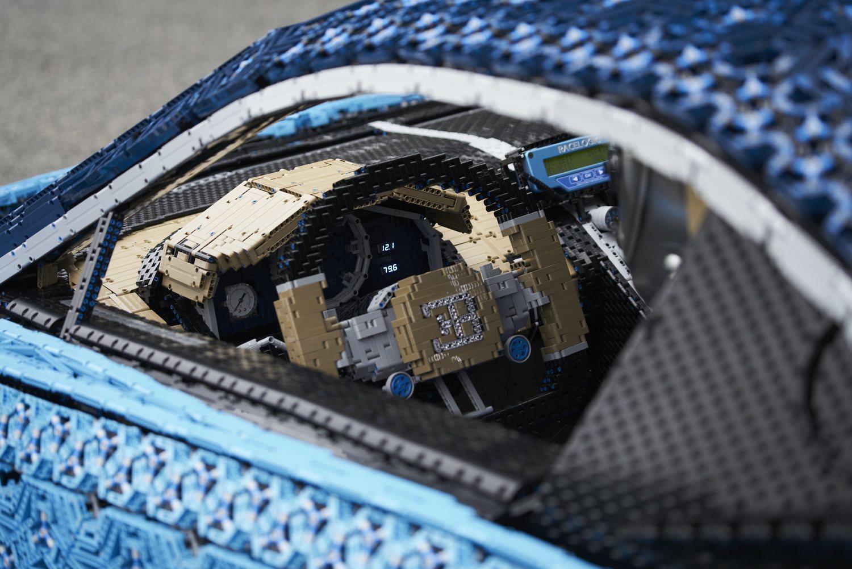 Un millón de piezas (incluido el volante) y más de 2.000 motores eléctricos han hecho posible esta creación.