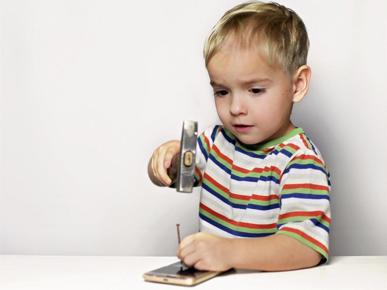 Ver a un padre ignorar a su hijo por usar el móvil hierve la sangre a cualquiera