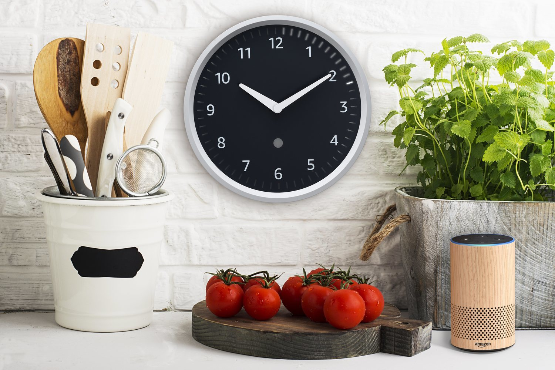 Echo Wall Clock, el reloj analógico que es capaz de cambiar automáticamente la hora además de ser nuestra alarma