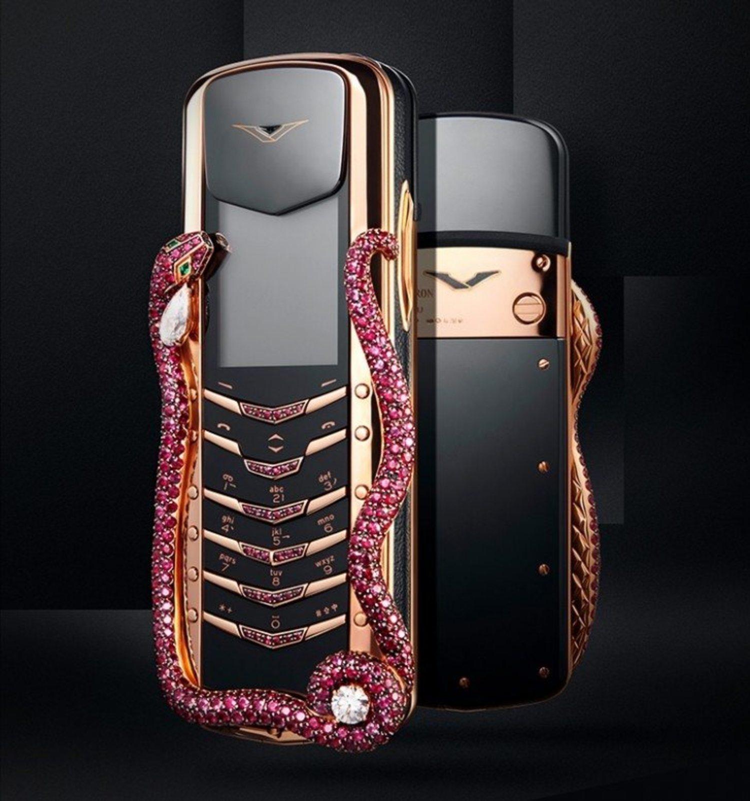 No sabemos si llevar una cobra en el móvil será cómodo, pero espectacular sí es.